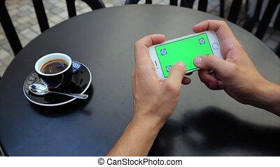 horizontalement, deux, texte, écran, blanc, téléphone, iphone, vert, mains, dactylographie, étiquettes