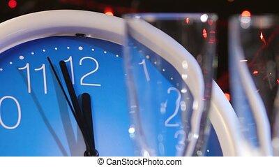 horloge, bokeh, année, nouveau, contre, veille, champagne, noir, mur, guirlande, verser, lunettes