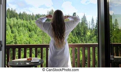 hotel., arrière, matin, mains, vacances, concept, réveiller, peignoir, étirage, heureux, jeune, été, dehors, montagnes, après, affichage montagne, femme, tourisme