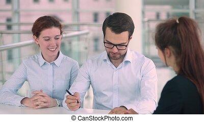hypothèque, obtenir, clés, maison, couple, contrat, signe, nouveau, heureux