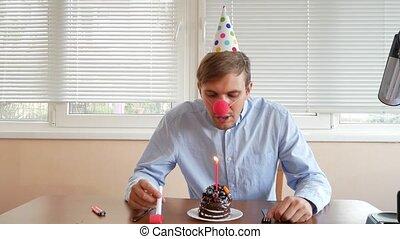 il, solitaire, vacances, seul, candle., gâteau, table, assied, célèbre, homme
