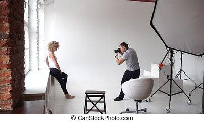 image, prend, photographe, jeune, fenêtre, studio, modèle