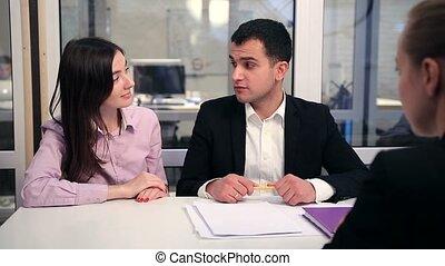 immobilier, couple, contrat signant, heureux