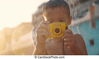 imperméable, sous, douche, appareil photo, enfant, plage