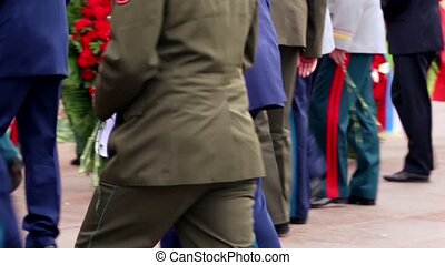inconnu, hommes, monter, il, fleurs, soldat, ils, monument, mettre, militaire, escalier