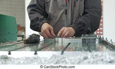 industriel, chamfering, enlever, objet, ouvrier, racloir, ronflements, cnc, métal, fabrication, machines
