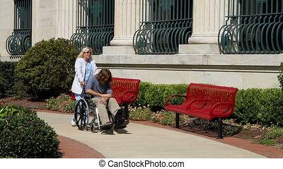 infirmière, fauteuil roulant poussant
