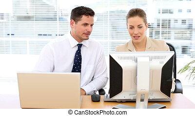 informatique, équipe, business, regarder, heureux