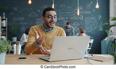 informatique, gai, ligne, ordinateur portable, utilisation, ouvert, bureau, appareil photo, arabe, homme espace, conversation, regarder