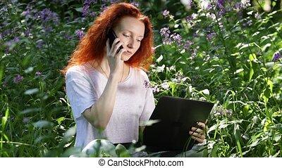 informatique, mobile, jeune, travail, ordinateur portable, roux, fleurs, femme, téléphone, conversation