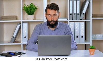 informatique, utilisation, jeune, intérieur, portrait, homme affaires