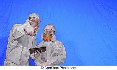 informatique, virologist, stylus., homme, mask., femme, écrire, scientifique, chroma, clã©, marques, monde médical, blue., tablette, porter, protecteur, respirateur
