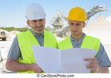 ingénieurs, plan, regarder, site, construction