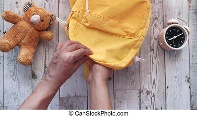 instruire sac, figure, étudiant, arrière-plan orange, sanitizer, meute, masque