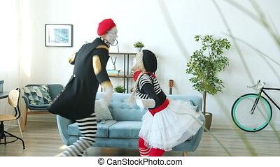 intérieur, danse, avoir, musique, mimes, amusement, apprécier, fou, couple, maison