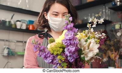 intérieur, femme, bouquet, pandemic., pendant, fleuriste, tenue, jeune, fleurs, debout