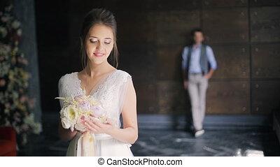 intérieur, palefrenier, mariée, attente, mariage, robe blanche, jour