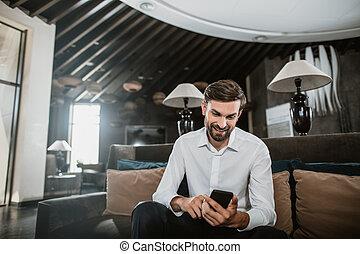 intérieur, positif, smartphone, homme affaires, dactylographie