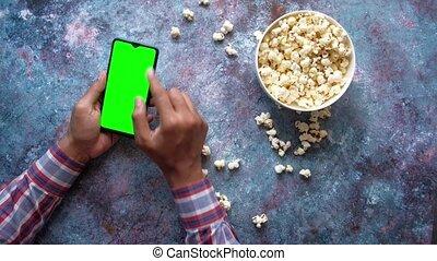 intelligent, pop-corn, utilisation, main, téléphone, manger, homme