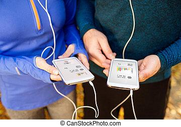 intelligent, téléphones, courant, couple, écouteurs, unrecognizable