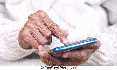 intelligent, utilisation, fin, femmes, main haut, téléphone, personne agee