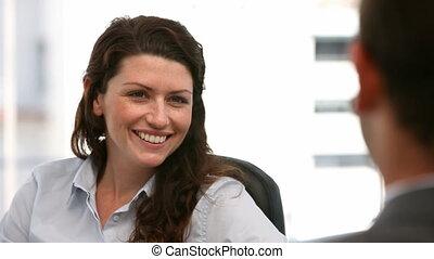 interviewer, heureux, femme affaires