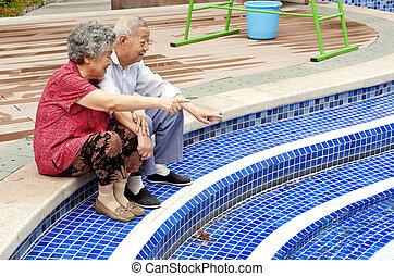 intime, couple, séance, à côté de, personne agee, piscine