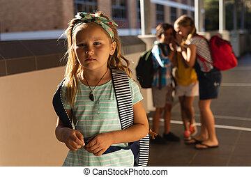 intimider, amis, école primaire, triste, girl, couloir