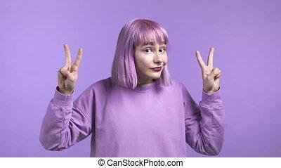 isolé, violet, ironie, pas, geste, arrière-plan., concept., femme, sarcasme, coude, air, joli, deux doigts, cheveux, mains, pourpre, rigolote, sur, projection, teint, citations