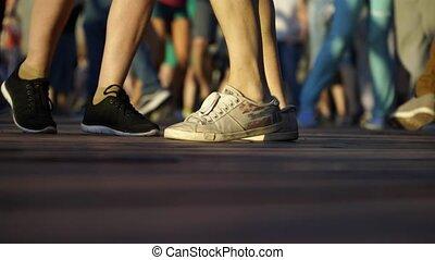 jambes, danse, danse, plancher, rue, gros plan, gens