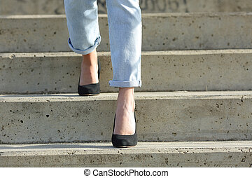 jambes, femme, talons, marche, élevé, bas, escalier, porter