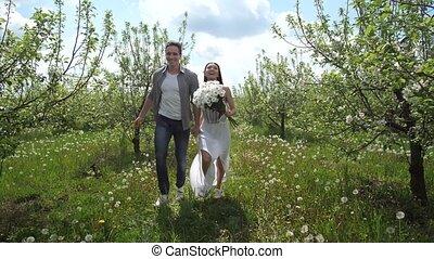 jardin, couple, courant, fruit, tenant mains, heureux