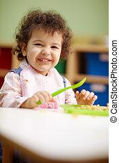 jardin enfants, déjeuner, peu, manger, girl