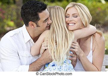 jardin, parc, étreindre, parents, enfant, girl, ou, heureux