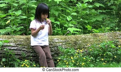 jaune, choisissant fleurs, petite fille
