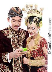 java, mobile, couple, traditionnel, téléphone, mariage, heureux