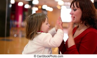 jeu, fille, genoux, asseoir, tapotement-un-durcir, mères, ils
