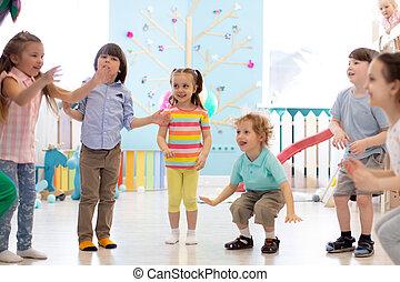 jeu, gosses, groupe ensemble, saut, indoor., enfants, heureux