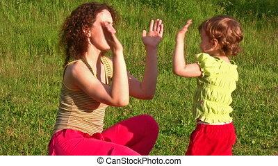 jeu, mains, petite fille, mère