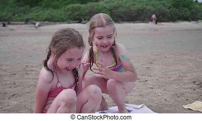 jeu, plage., famille, filles, deux, fetes, mer, soeurs