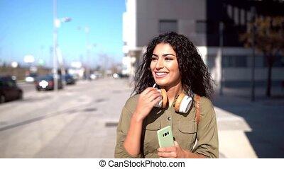 jeune, écouteurs, arabe, rue, marche, femme