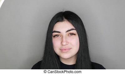 jeune, appareil photo, beau, girl, modèle, studio, yeux, brun, sourires, maquillage, cheveux, long, regarde, sans, noir