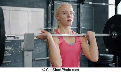 jeune, apprécier, femme, levage, exercice, formation, gymnase, musculation, barre disques