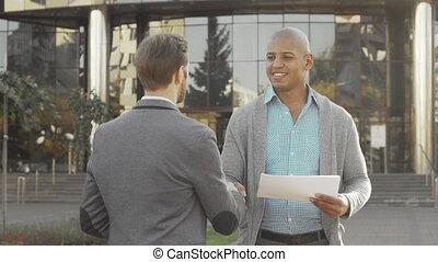 jeune, beau, dehors, serrer main, homme affaires, sien, collègue