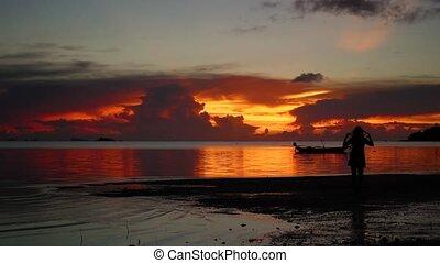 jeune, coucher soleil, promenades, pendant, girl, plage