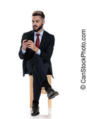 jeune, email, intéressé, vérification, homme affaires