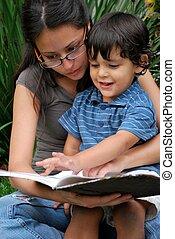 jeune, ensemble, fils, hispanique, mère, lecture