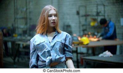 jeune, -, fonctionnement, sexy, jouer, chemise, debout, homme, atelier, cheveux, checkered, elle, fond, femme