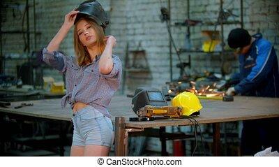jeune, -, fonctionnement, short, sexy, casque, debout, petit, atelier, homme, prend, elle, fond, femme, fermé