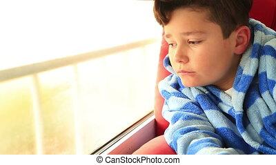 jeune garçon, fenêtre, regarder, assied, dehors